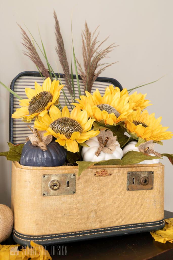 Fall DIY decrating Ideas with a floral arrangement with sunflowers, pampas grass and pumpkins